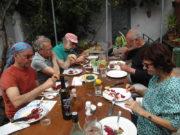 la vie au gîte - repas sur la terrasse