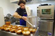 Emanuele-de-la-Casa-Consolat-Marseille-en-cuisine-au-Trouillet.jpg